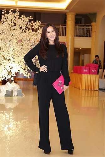 Bộ suit đen tôn vóc dáng thanh mảnh của Thu Hoài.