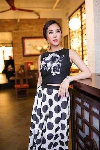 Họa tiết chấm bi cỡ lớn hai màu đen trắng giúp người mặc nổi bật, sang trọng mà vẫn tươi mới.