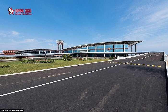 'Tôi chỉ tưởng tượng đến một sân bay đơn giản. Tôi không nghĩ nó hoành tráng, lộng lẫy như vậy, từ thang máy, của kính. Mọi thứ đều do quân đội làm ra, anh Pan nói
