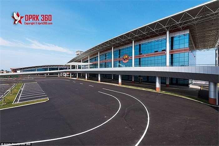 Theo NK News, một công ty kiến trúc có trụ sở tại Hồng Kông đã thiết kế sân bay này