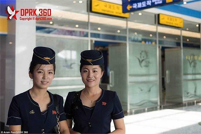 Tiếp viên của hãng hàng không Air Koryo có mặt trên chuyến bay đầu tiên hạ cánh tại sân bay mới nhất và lớn thứ hai của Triều Tiên