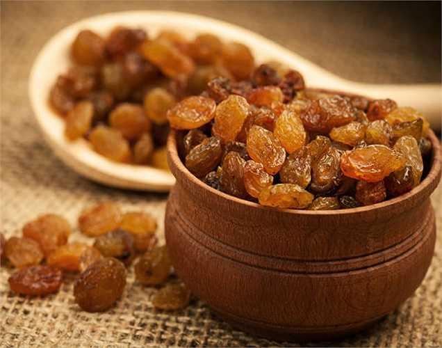 Nho khô là nguồn tập trung của kali. Nho khô nên được thêm vào chế độ ăn uống hàng ngày để nó giúp cắt giảm lượng muối dư thừa trong cơ thể.