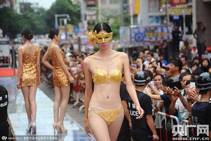 Gần đây, một công ty vàng bạc trang sức ở Nam Ninh, Quảng Tây (Trung Quốc) vừa tổ chức trình diễn nội y bằng vàng thu hút đông đảo du khách.