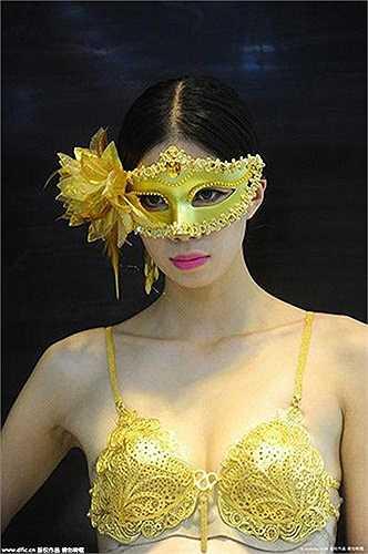 Người mẫu diện bộ bikini bằng vàng được chế tác tinh xảo nặng khoảng 1 kg, trị giá khoảng 10 triệu NDT. Đặc biệt, các người mẫu trình diễn trên một con đường có dải vàng thỏi ngay bên dưới. Để đảm bảo an ninh cho sự kiện, ban tổ chức huy động rất nhiều nhân viên bảo vệ.