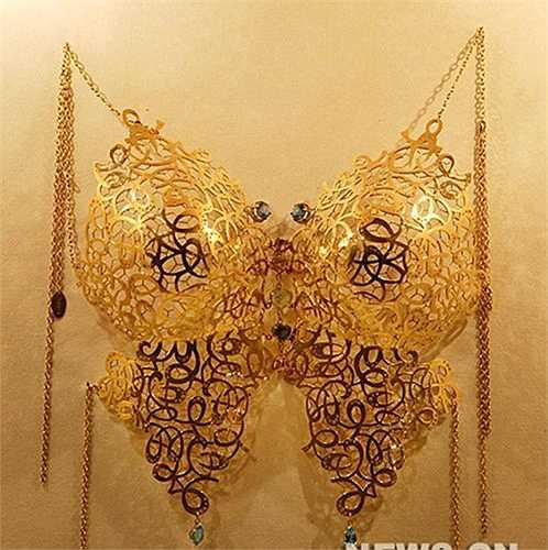 Sau những buổi trình diễn, các bộ bikini bằng vàng thường được trưng bày cho du khách tham quan tại các cửa hàng sản xuất ra chúng.