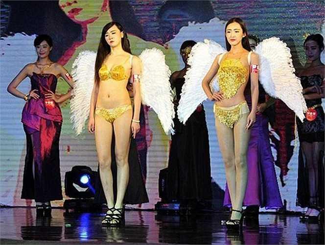 Trong buổi trình diễn thời trang ở Tây An, Trung Quốc hồi tháng 4/2015, người mẫu mặc trên mình những bộ trang phục làm từ vàng ròng và có thiết kế vô cùng tinh xảo Nhà sản xuất hé lộ, mỗi bộ đồ bằng vàng này có giá trị lên tới 1,29 tỷ đồng. Ngoài ra, người mặc sẽ không phải lo về trọng lượng, vì chúng siêu nhẹ.