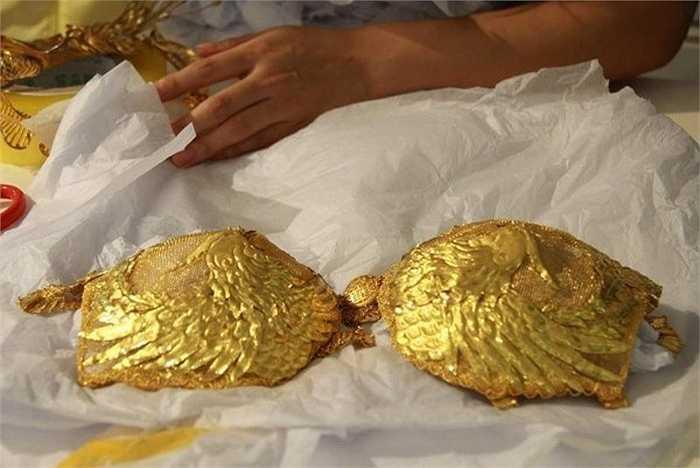 Chiếc áo lót được chạm trổ cặp chim phượng rất tinh xảo đi kèm với chiếc quần lót cũng bằng vàng rất mỏng manh. Không chỉ khắc hình các con vật quý hiếm như rồng, phượng hoàng, trên chiếc áo còn có dòng chữ tên của cửa hiệu vàng