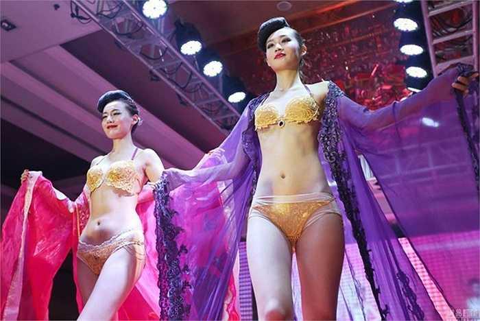 Tháng 6/2015, một cửa hàng vàng chơi trội đã thuê hai cô người mẫu mặc hai bộ bikini bằng vàng để kỷ niệm 120 năm thành lập.