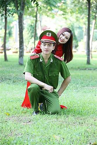 Thế Thịnh thu hút sự quan tâm của dân mạng khi xuất hiện trong trang phục của các chiến sỹ cảnh sát.