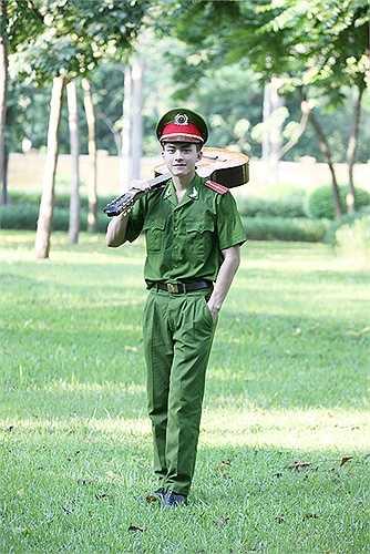 Hot boy muốn chụp bộ ảnh trong trang phục cảnh sát vì muốn ca ngợi người chiến sĩ công an nhân dân, giản dị, âm thầm bảo vệ Tổ quốc nhưng vẫn có những giây phút lãng mạn