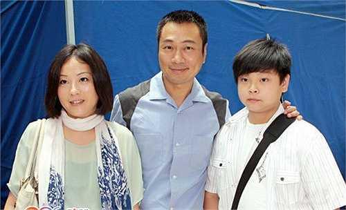 Trong khi nhiều bạn bè đồng nghiệp tích cực theo đuổi cơ hội làm việc ở đại lục, thì tài tử vẫn hết mực chung thủy với nhà đài TVB. 'Tôi sợ xa nhà lâu ngày sẽ ảnh hưởng đến hôn nhân, con trai tôi cũng đang ở tuổi trưởng thành, nên tôi muốn dành nhiều thời gian để ở bên chăm sóc gia đình, thế nên tôi chỉ muốn tập trung cho công việc ở Hong Kong mà thôi' - Lê Diệu Tường chia sẻ.