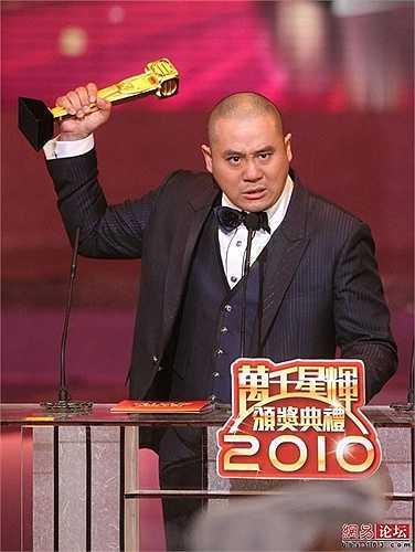 Năm 2010, anh đoạt giải Nam diễn viên phụ xuất sắc nhất tại giải thưởng TVB. Hiện tại, nam diễn viên sinh năm 1967 cảm thấy hài lòng với những vai phụ trên màn ảnh nhỏ cùng một mái ấm gia đình hạnh phúc bên vợ đẹp và con ngoan. (Nguồn: Zing)