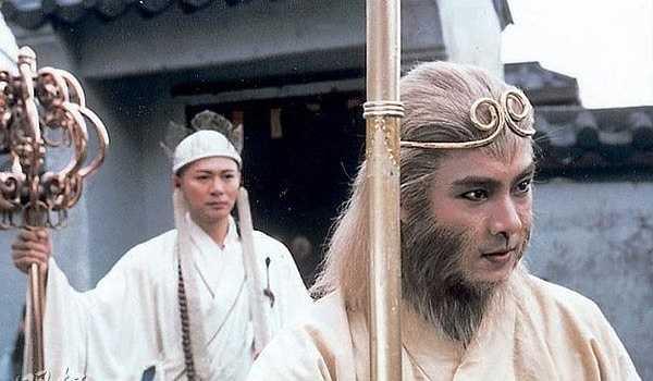 """Trương Vệ Kiện: Với nét diễn linh hoạt cùng câu nói cửa miệng: """"Thỉnh kinh thôi mà, có gì phải sợ"""", Trương Vệ Kiện đã làm nên phiên bản Tôn Ngộ Không khác biệt so với Lục Tiểu Linh Đồng. Sau vai diễn này, sự nghiệp của tài tử sinh năm 1965 bỗng chốc thăng hoa, anh được nhiều hãng phim ở Đài Loan, Trung Quốc đánh tiếng mời hợp tác. Tuy nhiên anh đều từ chối vì muốn dành tâm sức thực hiện phần 2 Tây du ký (1998)."""