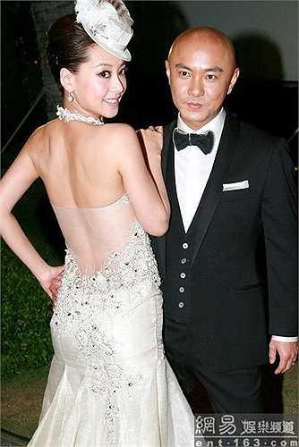 Không chỉ trắc trở trong sự nghiệp, chuyện tình cảm của Trương Vệ Kiện cũng khá lận đận. Thuở mới vào nghề, anh yêu và từng sống chung nhà với Tuyên Huyên. Trước thành công của bạn gái, Vệ Kiện tự ti và đã chọn cách chia tay để cô tìm được người đàn ông xứng đáng hơn. Năm 2009, Trương Vệ Kiện kết hôn với nữ diễn viên Trương Tây. Sau hơn 15 năm chung sống, cả hai vẫn hạnh phúc dù chưa có con.