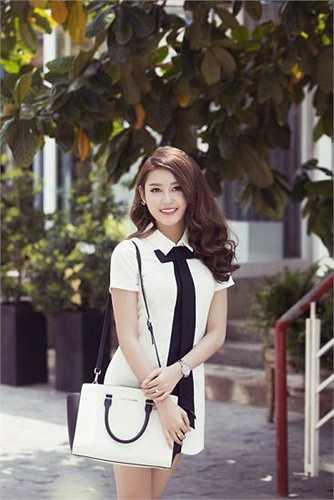 Dù mới chỉ có một thời gian ngắn nhưng Á hậu 1 của cuộc thi Hoa hậu Việt Nam 2014 đã thể hiện sự 'lột xác' vô cùng ấn tượng trong phong cách ăn mặc và tạo dáng. Từ một cô gái ngây ngô , xì tin, ưa chuộng màu hồng, Huyền My giờ đã là một quý cô sang trọng, quyến rũ.