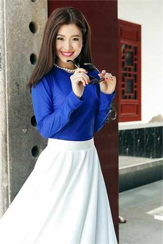 Cách lựa chọn trang phục này giúp cô tránh được những tình huống hớ hênh tại sự kiện nhưng đôi khi làm Diễm Trang có vẻ già hơn tuổi và không thực sự nổi bật