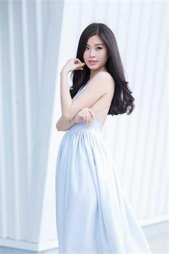 Mới đây, trong một số bộ ảnh thời trang, Diễm Trang cũng bắt đầu lựa chọn những bộ váy, áo 2 dây, váy ren hợp mốt và quyến rũ hơn trước