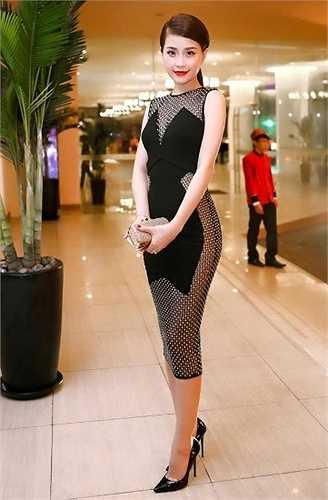 Tại một sự kiện diễn ra không lâu ở TP.HCM, Á hậu Diễm Trang xuất hiện với trang phục sexy với những khoảng hở gợi cảm nhưng tế nhị, tôn lên vóc dáng, làn da và vòng eo nhỏ nhắn của mình
