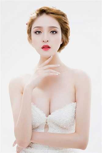 Trong bộ ảnh mới, Á hậu gây bất ngờ khi xuất hiện với trang phục cúp ngực đầy quyến rũ khoe vòng một đầy đặn. Hoàng Anh cũng khiến công chúng phải trầm trồ khi khoe làn da trắng muốt không tì vết. Người đẹp cũng khẳng định sẽ tích cực đẩy mạnh hình ảnh theo hướng sexy.