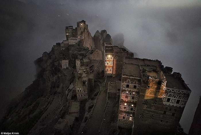 Khoảnh khắc mặt trời lặn hiếm hoi trên mái của một cung điện ở làng Shugruf trên dãy núi Haraz