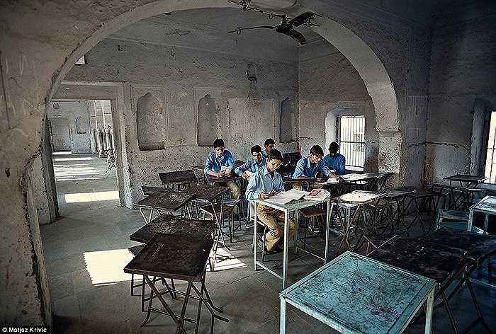 Các em học sinh trong giờ toán học tại một trường tiểu học ở Jaipur, Ấn Độ
