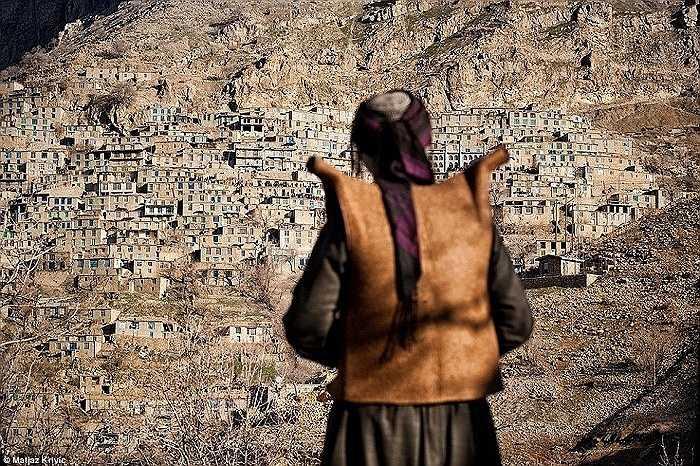 Một người đàn ông người Kurd hướng về phía ngôi làng Urmantakht, trong lễ hội Pir Shaliar truyền thống ở Kurdistan