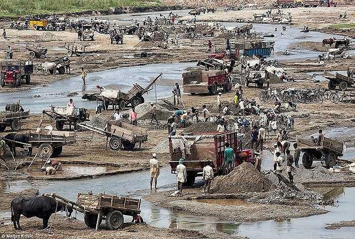 Thu nhập từ việc đãi vàng ở các con sông phía Tây Nam Nepal là nguồn sống chính của hàng ngàn hộ gia đình ở đây