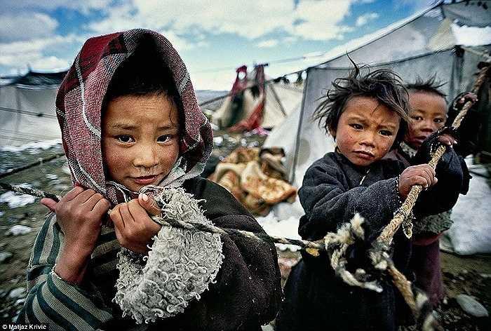 Những em bé Tây Tạng ở nhà trong khi bố mẹ chúng tham gia cuộc hành hương quanh núi Kailash