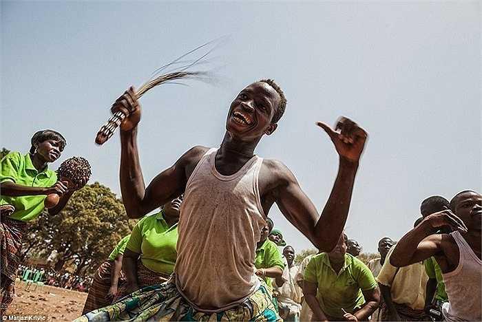 Người dân ở Dédougou,  Burkina Faso hát hò và nhảy múa trong lễ hội The International Mask