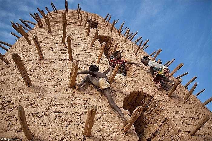 Những đứa trẻ chơi đùa trên ngọn tháp chính của một nhà thờ Hồi giáo ở Bani