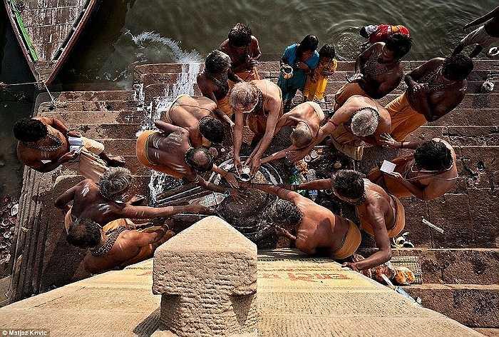 Một nghi lễ vào buổi sáng sớm trên bờ sông hằng tại thành phố linh thiêng Varanasi, Ấn Độ