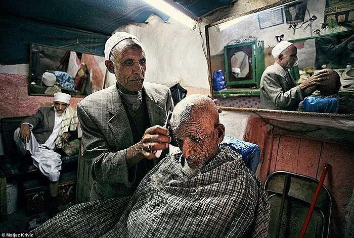 Cửa hàng cắt tóc ở một trong những thị trấn đẹp nhất thế giới - Sana'a, Yemen
