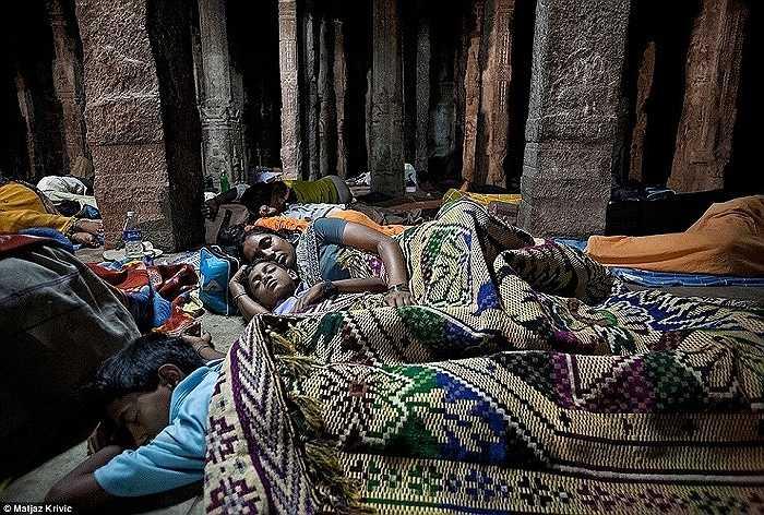 Những người hành hương nghỉ ngơi ở đền thờ Virupaksha, Hampi trong một lễ hội tôn giáo truyền thống