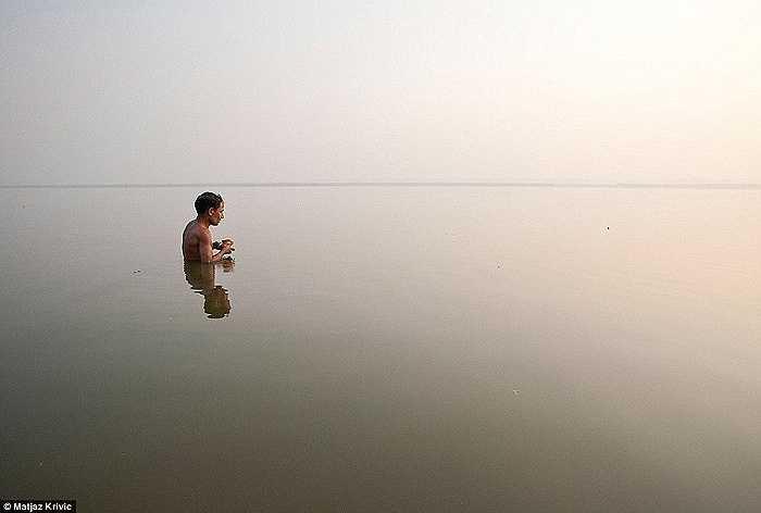 Một tín đồ khác trong nghi lế tắm phật ở sông Hằng, Ấn Độ