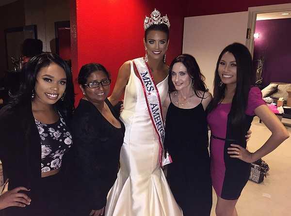 Trong event đặc biệt mừng tân hoa hậu Quý bà Mỹ 2015 tại Mỹ vừa qua, Hoa hậu Kelly Trang Trần tham dự với tư cách khách mời đặc biệt, một đại diện đến từ Việt Nam của cuộc thi Hoa hậu quý bà Thế giới 2015 sẽ được tổ chức tại Trung Quốc tháng 11 tới đây