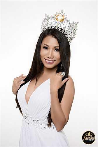 Hoa hậu Kelly Trang Trần ăn mặc giản dị, nhẹ nhàng đọ sắc bên cạnh tân hoa  hậu quý bà Mỹ, Madeline Gwin, và tân Hoa hậu Nhật Bản tại Mỹ.