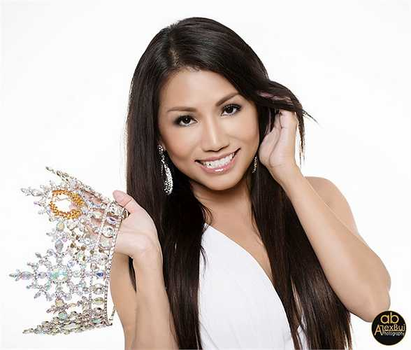 Đọ dáng bên cạnh 'đối thủ', Kelly Trang Trần không may mắn sở hữu chiều cao như hoa hậu quý bà Mỹ, nhưng điều đó không khiến cô giảm sự tự tin trong đấu trường sắc đẹp dành cho các quý bà đến từ khắp thế giới tới đây.