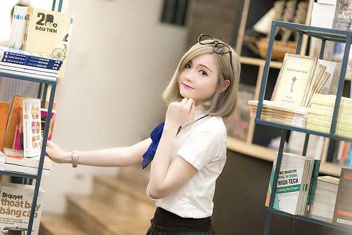 Mẫn Tiên dễ thương hơn khi mặc trang phục học sinh mặc dù không trang điểm.