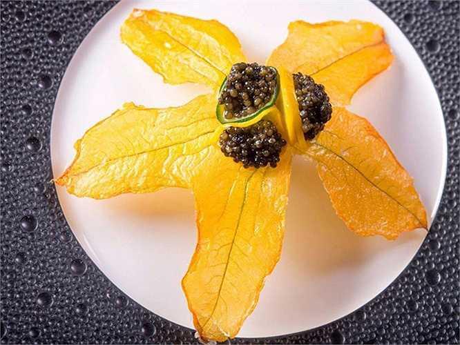 3. Guy Savoy, Paris, Pháp (1.104 USD/2 người, bữa ăn 18 món): Guy Savoy quản lý nhà hàng nổi tiếng của mình với sự chú trọng đặc biệt tới độ chính xác, thái độ phục vụ và những món ăn tinh tế thuộc hàng đắt nhất thế giới. Bữa ăn 18 món của ông gồm những món ăn đắt đỏ như súp nấm truffle đen, tôm hùm được bày trong chính vỏ tôm với tâm cọ.