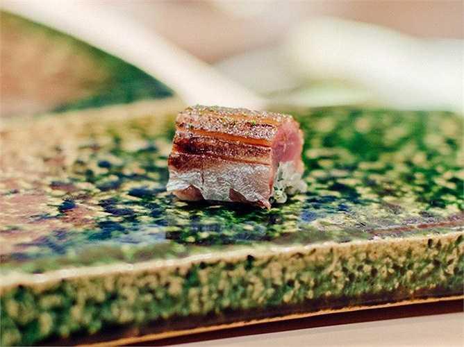 10. Urasawa, Beverly Hills, California (Mỹ), (790 USD/2 người, 30 món): Đầu bếp chính của nhà hàng Urasawa là ông Hiroyuki Urasawa, nổi tiếng với các món sushi tuyệt vời. Các món được yêu thích ở nhà hàng này gồm tôm hùm, sò điệp và gan ngỗng tươi.