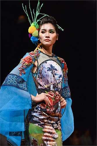 Mang đến tuần lễ thời trang Việt Nam xuân hè 2016 những thiết kế khiến người ta liên tưởng đến cách chuyển màu của tranh Thủy mạc, Hùng Việt tạo ấn tượng với người xem.