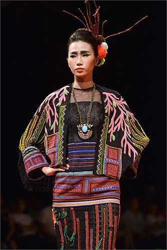 Hùng Việt chia sẻ, chất liệu được anh chọn lựa là thổ cẩm Tây Bắc, các chi tiết trên trang phục đều được làm bằng tay, tỉ mẩn, kĩ càng.