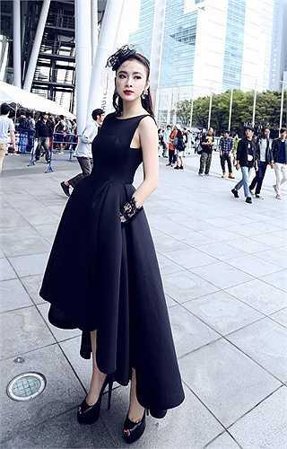 Nữ hoàng thị phi diện thiết kế màu đen sang trọng.
