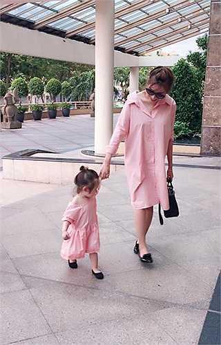 Elly Trần và con gái Mộc Trà diện đồ đôi cực chất.