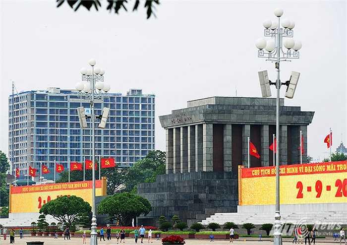 Tòa nhà cao tầng nhìn từ khu vực Lăng Bác.
