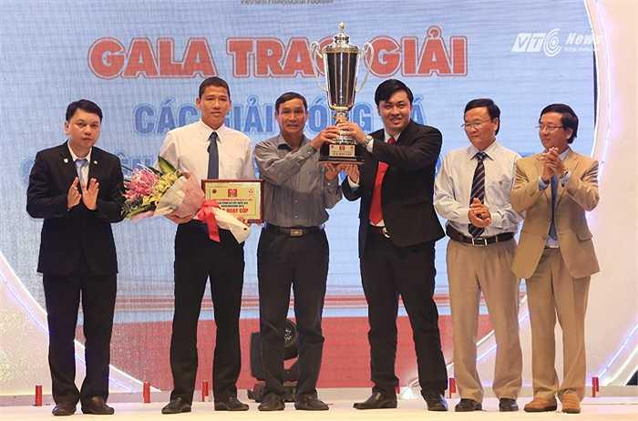 Tới buổi chiều, tất cả các CLB bước vào buổi Gala trao thưởng tại Hà Nội. Anh Đức, HLV Mai Đức Chung, giám đốc điều hành B.Bình Dương Cao Văn Chóng nhận cúp Quốc gia. (Ảnh: Phạm Thành)