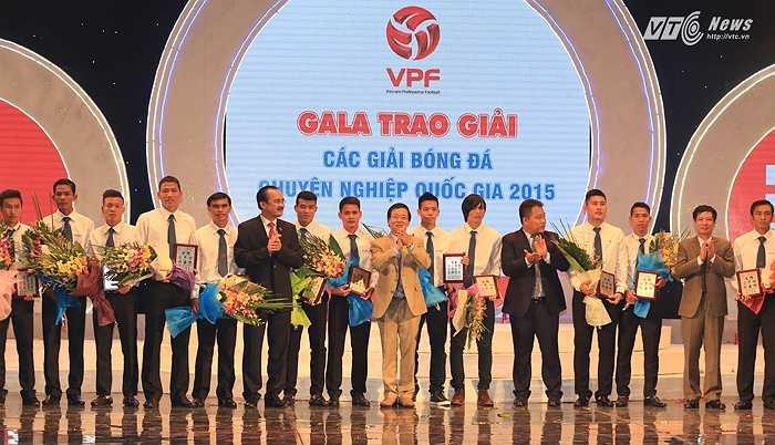 VPF chọn ra 22 cầu thủ xuất sắc nhất của 22 CLB V-League và hạng nhất. Tuấn Anh hay nhất HAGL, Văn Quyết là đại diện của Hà Nội T&T, Anh Đức vượt Công Vinh trở thành cầu thủ đại diện cho B.Bình Dương. (Ảnh: Phạm Thành)