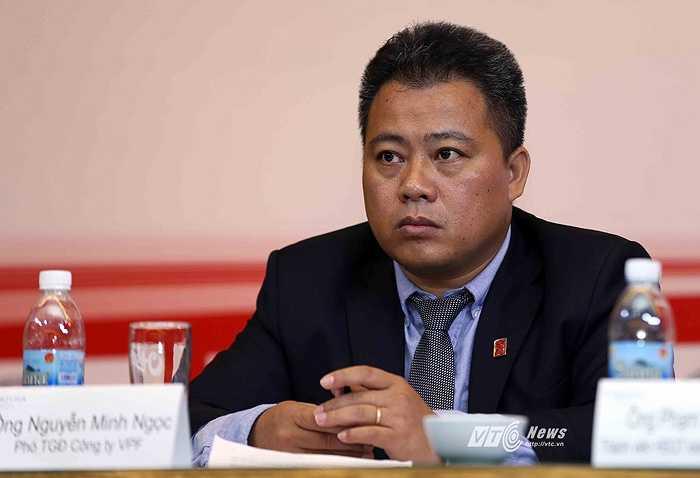 Trưởng ban tổ chức V-League Nguyễn Minh Ngọc rất căng thẳng trong buổi họp tổng kết. Ông cho rằng một số 'sai sót' trong bản dự thảo là do lỗi đánh máy. VPF hứa sẽ tiếp thu góp ý từ các CLB.(Ảnh: Quang Minh)