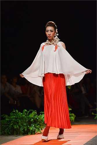 Vẻ đẹp của người phụ nữ trở nên thanh thoát và sang trọng bởi sự kết hợp đồng điệu giữa trang phục, giày và trang sức. Ca sĩ Thanh Lam nồng nàn trong mẫu thiết kế của Quang Huy với ca khúc Cô đơn.