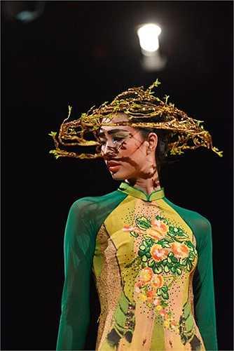 Vũ Việt Hà: Haute Couture dành cho áo dài cũng là một khái niệm mới. Những chiếc nón lung linh trong khu vườn đầy chuối đã đem lại sự cộng hưởng cho khái niệm này.
